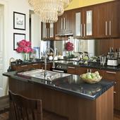 Кухня с зеркальной рабочей стенкой