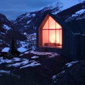Тепленький домик где-то в заснеженных вершинах.