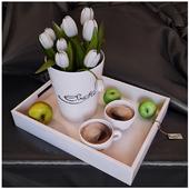Поднос с тюльпанами и кофе